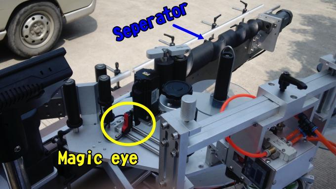 Máquina aplicadora de etiquetas de esmalte de uñas adhesiva para botellas redondas de 220V 1.5HP 50 / 60HZ