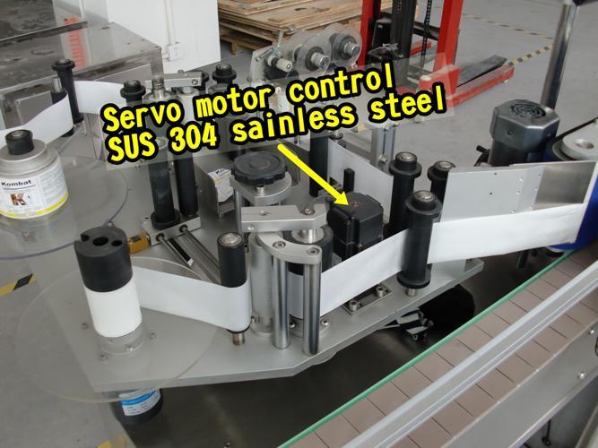 Máquina etiquetadora de botellas de dobre lado con control intelixente con superficie de recollida
