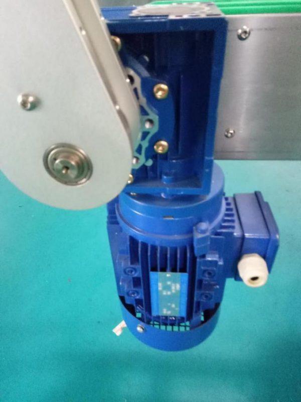 Máquina de etiquetaxe de etiquetas adhesivas para botellas cadradas SUS304 con armarios dous lados con produtos de coidado persoal
