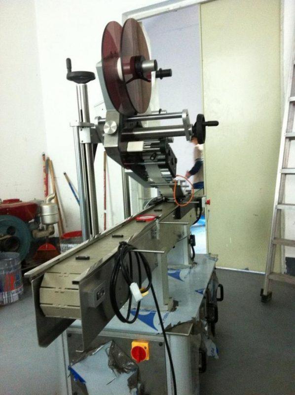 Tipo de adhesivo Máquina de etiquetaxe de superficie plana Etiqueta superior para cap