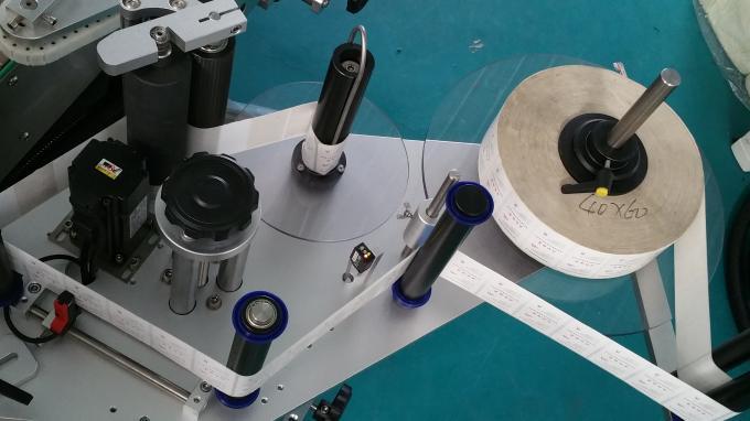 Máquina aplicadora de adhesivo de botella cadrada de tarro de 25 kg, máquina de etiquetaxe con botellas de alimentación a velocidade estable