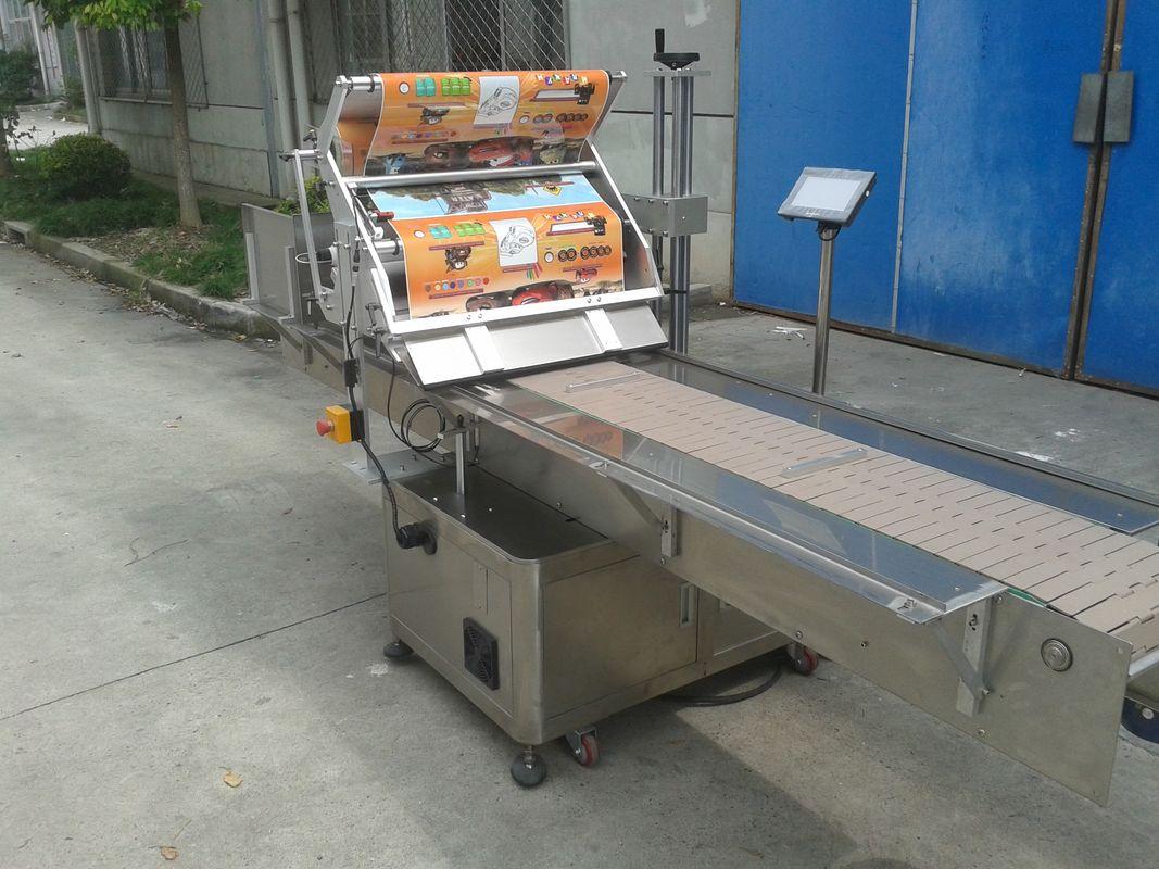 Aplicador de etiqueta de superficie plana con adhesivo autoadhesivo sobre mesa con máquina de paquetería