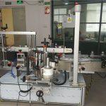 Parte frontal / traseira en equipos de etiquetaxe de botellas non redondas ou planas